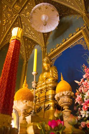 buddha image: Buda de oro de la imagen en el templo