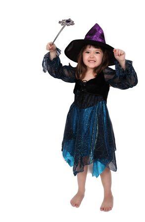 楽しく身に着けている愛らしい少女魔女の衣装。分離されました。