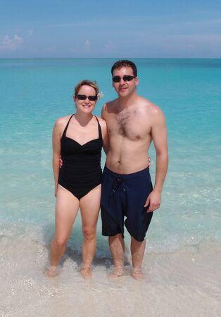幸せなカップルの熱帯のビーチを受け入れる 写真素材