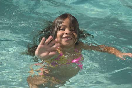 プールから手を振っている女の子
