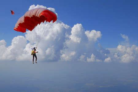 caida libre: paracaidista en el cielo azul en un paraca?das