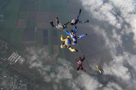 caida libre: El grupo de paracaidistas en el aire Foto de archivo