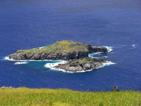rapa nui: Paisaje de la isla de Pascua en un día soleado