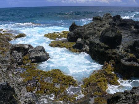 serf: La c�te rocheuse de l'�le de P�ques. Serf de mer Banque d'images