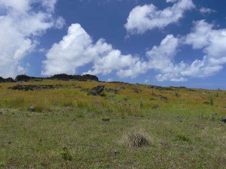 rapa nui: Paisaje en la isla de Pascua y hils verdes