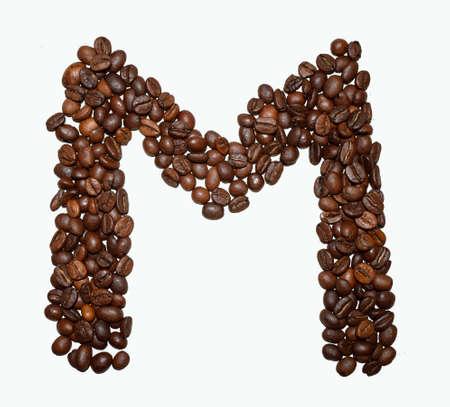 Alphabet de café anglais isolé sur blanc. Grains de café torréfiés. ?lettre de cadeau - M