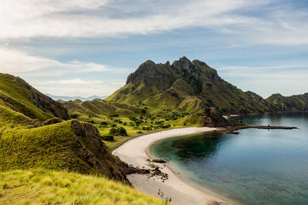 コモド島、フローレス、インドネシアでパダル島の頂上からの景色を風景します。