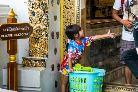 pickpocket: Wat Pho Temple Bangkok Thailand entrance children pickpocket