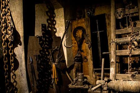 Vecchia camera di tortura medievale con molti strumenti di dolore