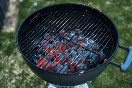 holzbriketts: BBQ Grill Pit Glowing And Flaming Hot Charcoal Briquettes coal Food Background Or Texture Close-Up Top View