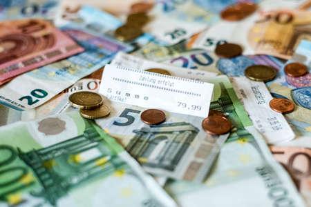 Risparmio denaro contante denaro monete euro banconote banconote e banconote di valore sul testo di stampa paga di voto di pagamento di testo Archivio Fotografico