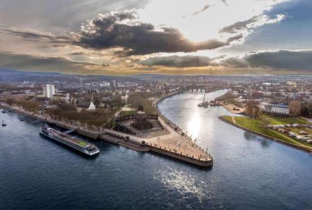コブレンツ市ドイツの歴史的建造物ドイツのコーナーは、川ラインとモーゼルが晴れた日に一緒に流れる 写真素材 - 99620645