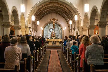 Rieden Deutschland 15.04.2018 Priester hält Gottesdienst vor Menschenmenge im Inneren einer Kirche Editorial