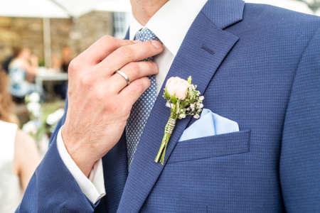 Rosa Rosenboutonniere-Blumenbräutigam-Hochzeitsmantel mit Krawattenhemd
