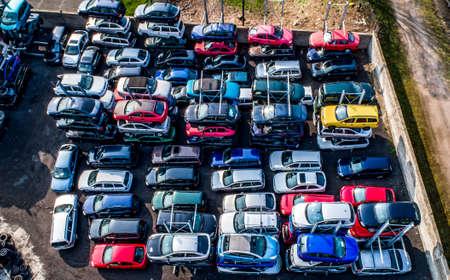 Rijen verpletterde auto's sneuvelen op de schroothoop voordat ze worden versnipperd voor recycling Stockfoto