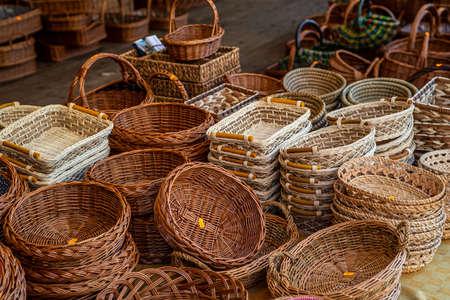 Shop sells wicker baskets on the street - Baskets merchant Dealer Archivio Fotografico