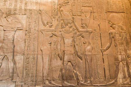Ruïnes en hiërogliefen in de beroemde tempel van Kom Ombo in Egypte op de oever van de Nijl
