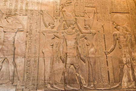 Ruines et hiéroglyphes dans le célèbre temple de Kom Ombo en Egypte sur la rive du Nil