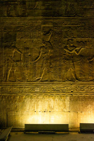 enlightened hieroglyphs Inside the sanctuary at the centre of the egyptian Temple of Horus at Edfu, in Egypt. Banque d'images