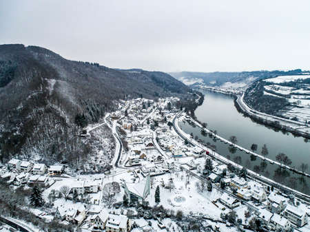 Seasons Concept winter Aerial view of the mosel village Brodenbach in Germany on a misty day Standard-Bild