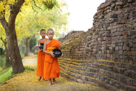 limosna: Chiang Mai Ciudad WallThailand 22 de abril 2014: Monje budista caminando para recibir alimentos