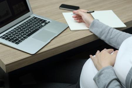mujeres trabajando: Trabajando durante el Embarazo Foto de archivo