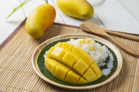 マンゴーとココナッツ ミルクのデザート甘いもち米 写真素材