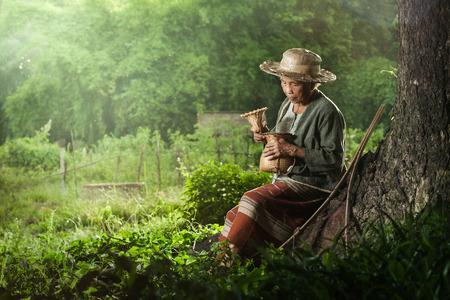 Pescador Abuela asiática con la red Foto de archivo