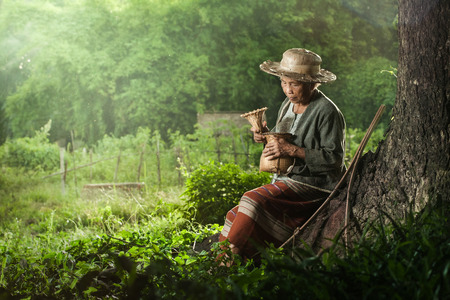 pobre: Pescador Abuela asiática con la red Foto de archivo