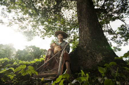 cocina antigua: Pescador Abuela asi�tica con la red Foto de archivo