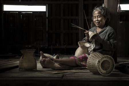 Aziatische grootmoeder visser met de netto-