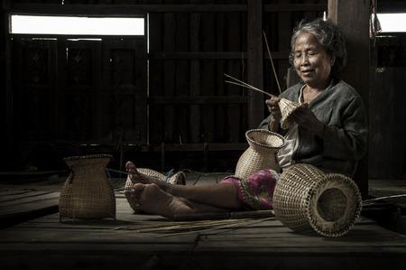 Pêcheur de grand-mère asiatique avec le filet Banque d'images