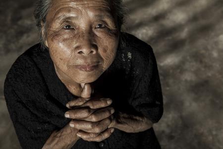 pobre: Anciana rezando Foto de archivo