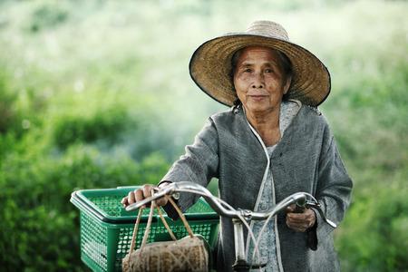 gente pobre: Mujeres pareja antiguo, con sus bicis al aire libre