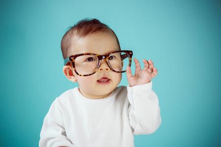 ni�os inteligentes: Peque�o beb� con los vidrios nueva familia y el concepto de amor.