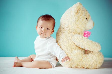 Het gelukkige meisje spelen met teddybeer