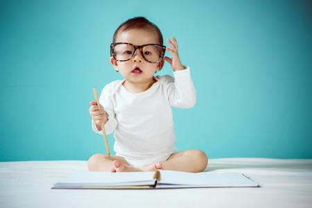 bebe sentado: Rastreo ni�o infantil Foto de archivo