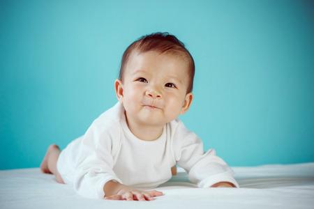 흰 드레스에 아름 다운 아기 초상화를 내려 놓고