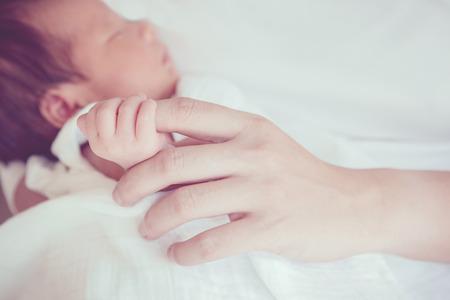 bebes: El enfoque suave y borrosa de Manos del bebé efecto de color estilo vintage