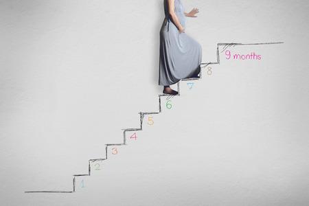 vientre femenino: Embarazo mujer con la maleta, principio a fin, nueve meses, nueve estados embarazo y el bebé recién nacido Foto de archivo
