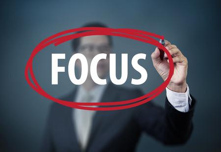 """사업가 손 쓰기 투명 보드에 빨간색 마커, 새로운 비즈니스 개념, 스튜디오 샷 """"FOCUS"""" 스톡 콘텐츠"""