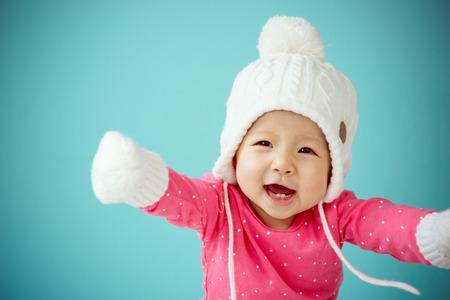bebe sentado: Nueva nacido en ropa de abrigo Foto de archivo