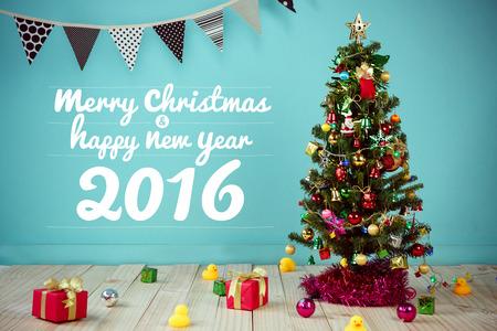 나무에 매달려 장식 항목을 가지고있는 크리스마스