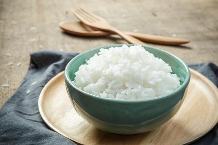 나무 숟가락 포크와 유기 흰 쌀의 그릇 - 소프트 포커스 스톡 콘텐츠