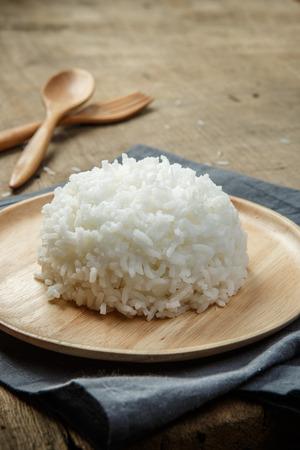 arroz blanco: Orgánica Arroz blanco con un tenedor cuchara de madera - foco suave Foto de archivo