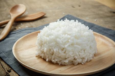 arroz blanco: Vista de primer plano de arroz blanco cocido con mantelería y cuchara de madera - foco suave