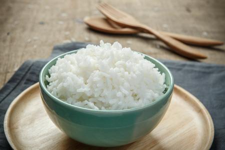 나무 테이블에 쌀의 전체 그릇 - 소프트 포커스