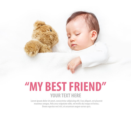아기는 그녀의 테디 베어, 새로운 가족과 사랑의 개념 자고.