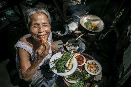 pobreza: Altos cocineros cocinero de la mujer en la cocina
