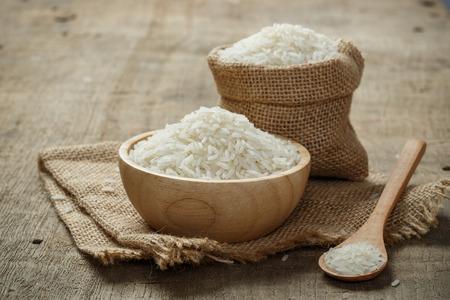 나무 테이블에 그릇 삼 베 자루에 재스민 쌀